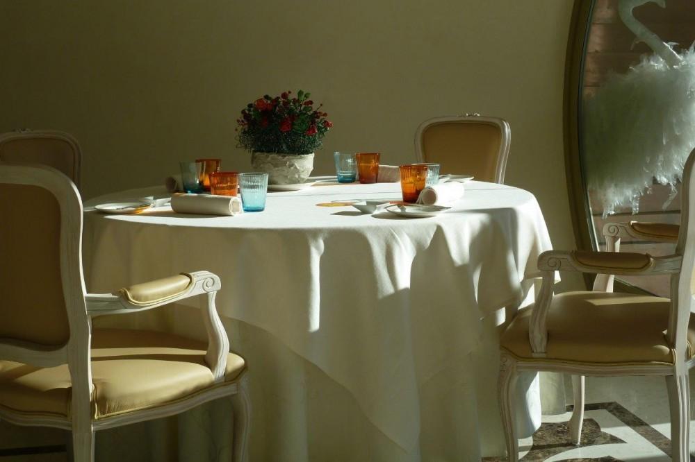 Florian Maison, tavolo, sedute e mise en place