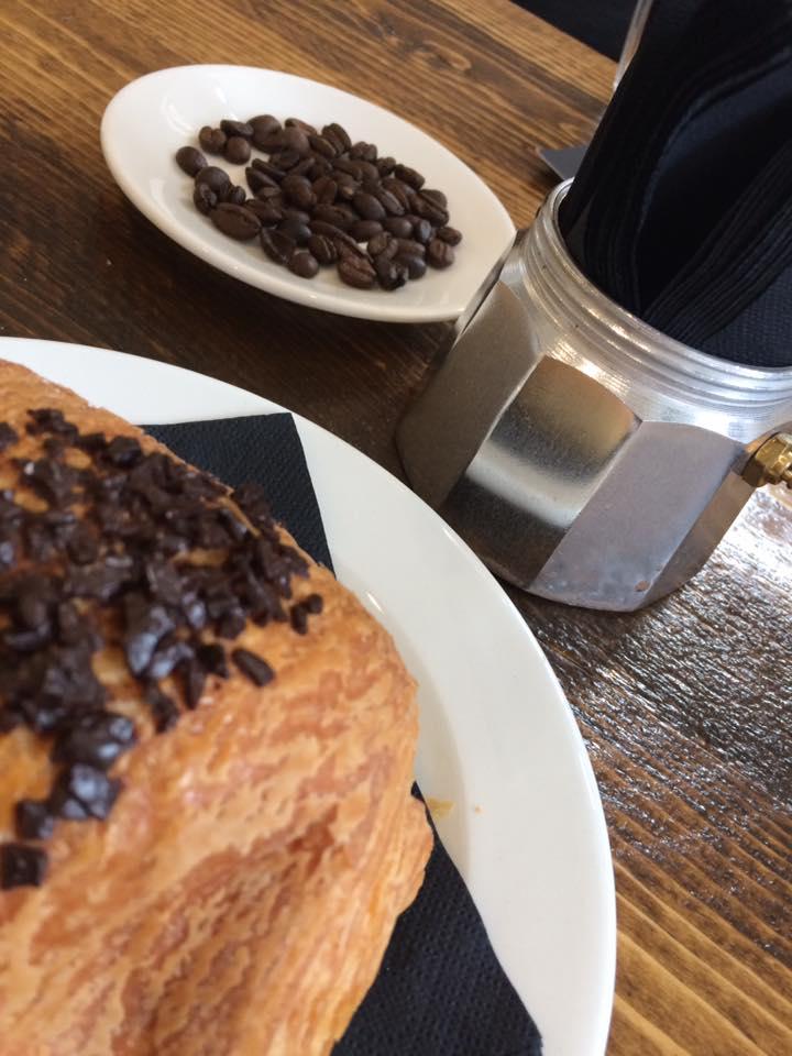Faro, colazione al tavolo