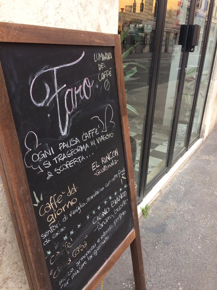 Faro, la lavagna con i caffe del giorno