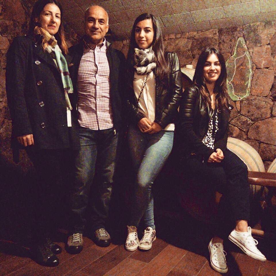 Giovanni Montisci con la moglie Francesca e le due figlie