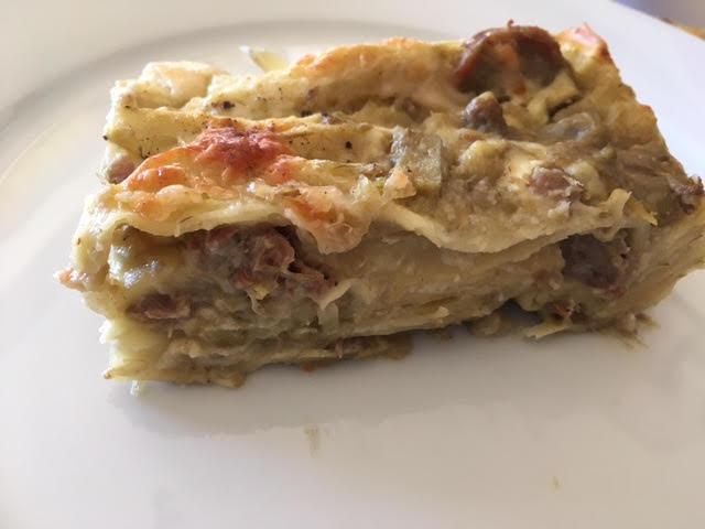Lasagne bianche con salsiccia, carciofi, besciamella e raspadura