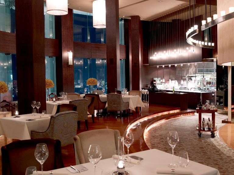 Mezzaluna, la sala con la cucina a vista - foto tratta da lebua.com