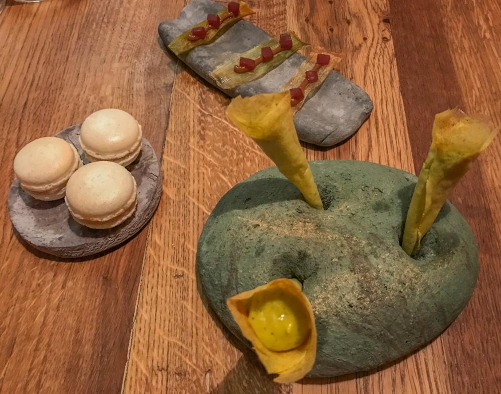 Ristorante 28 posti, porro, miso e cipolla agrodolce-  Cannoli di maionese al fitoplancton - Macaron alle acciughe