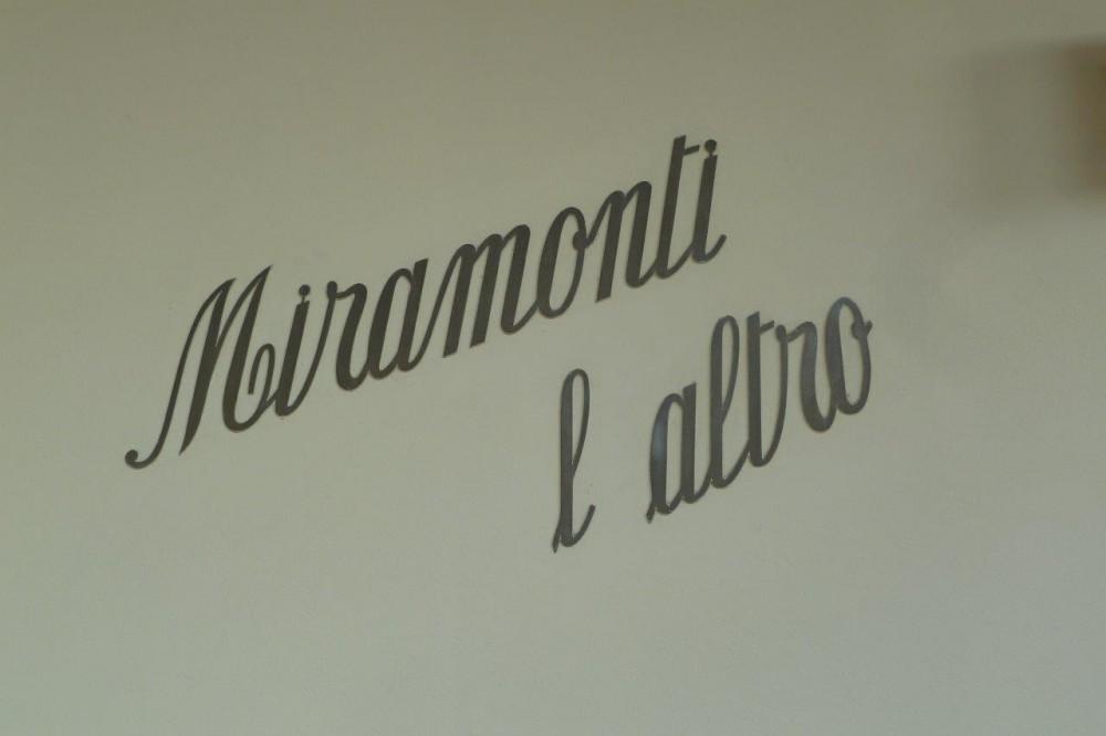 Miramonti, l'insegna, semplicemente il nome, sul muro della bella villetta a Costorio di Concesio