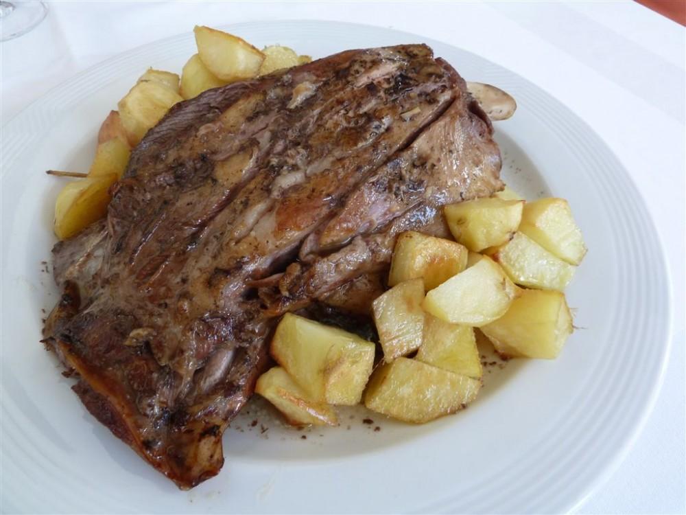 Osteria Grand Hotel, spalla di agnello cotta a bassa temperatura con patate al forno