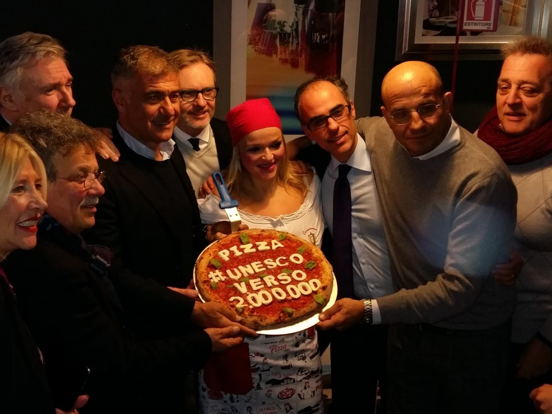 Clelia Martino, l'assessore Panini, Sergio Miccu, Claudio Sebillo, Teresa Iorio, Antimo Caputo e Franco Manna con la pizza da due milioni di firme