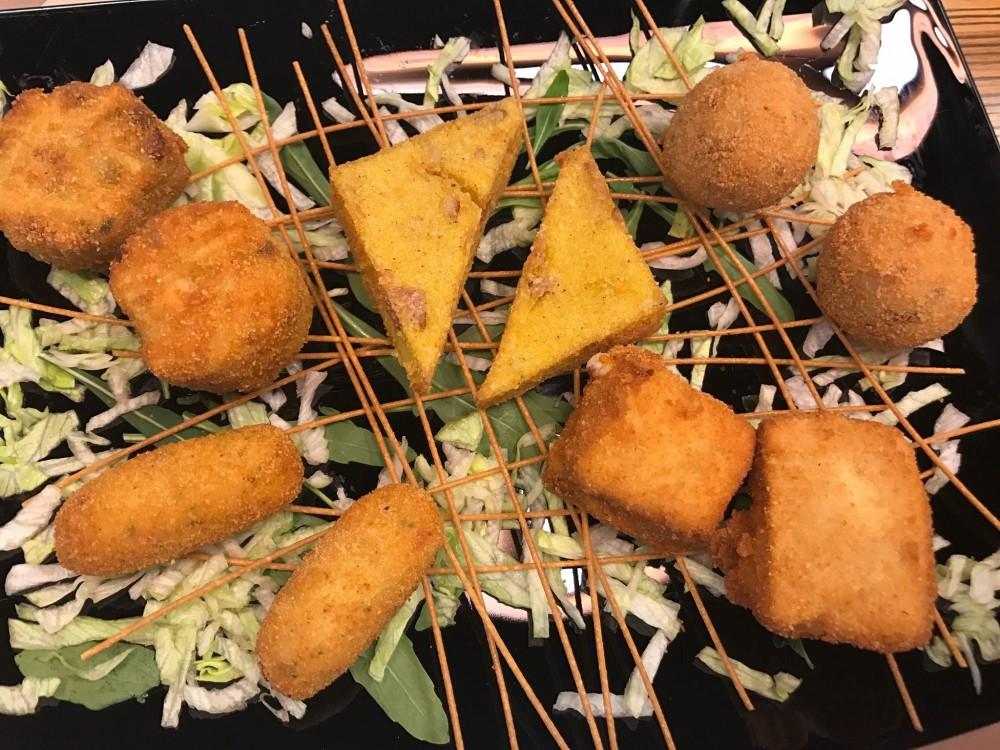 Pizzeria Da Michele I Condurro a Fuorigrotta, i fritti. Frittatine, crocchette, polenta, mozzarella in carrozza e arancini