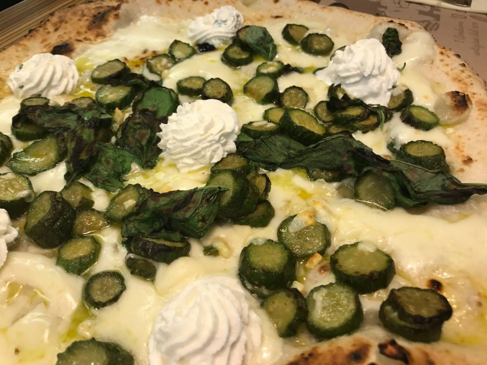 Pizzeria Da Michele I Condurro a Fuorigrotta, con le zucchine e ricotta su provolone del monaco