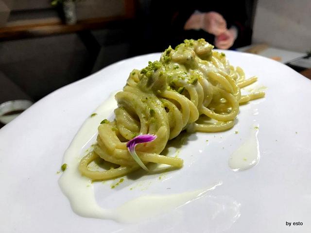 1Q84 Antonio Andreozzi Spaghettone con tartufi di mare pesto di pistacchi di bronte e fonduta di provolone del monaco