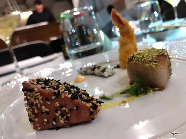 1Q84 Nello Verde Ebiten scomposto con ventresca di tonno in crosta di pistacchi e tonno in crosta di sesamo