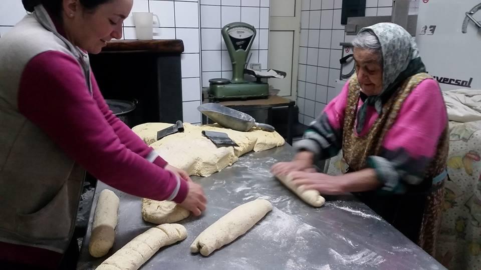 Biscottificio Ruocco - Gemma e sua nipote alle prese con la lavorazione