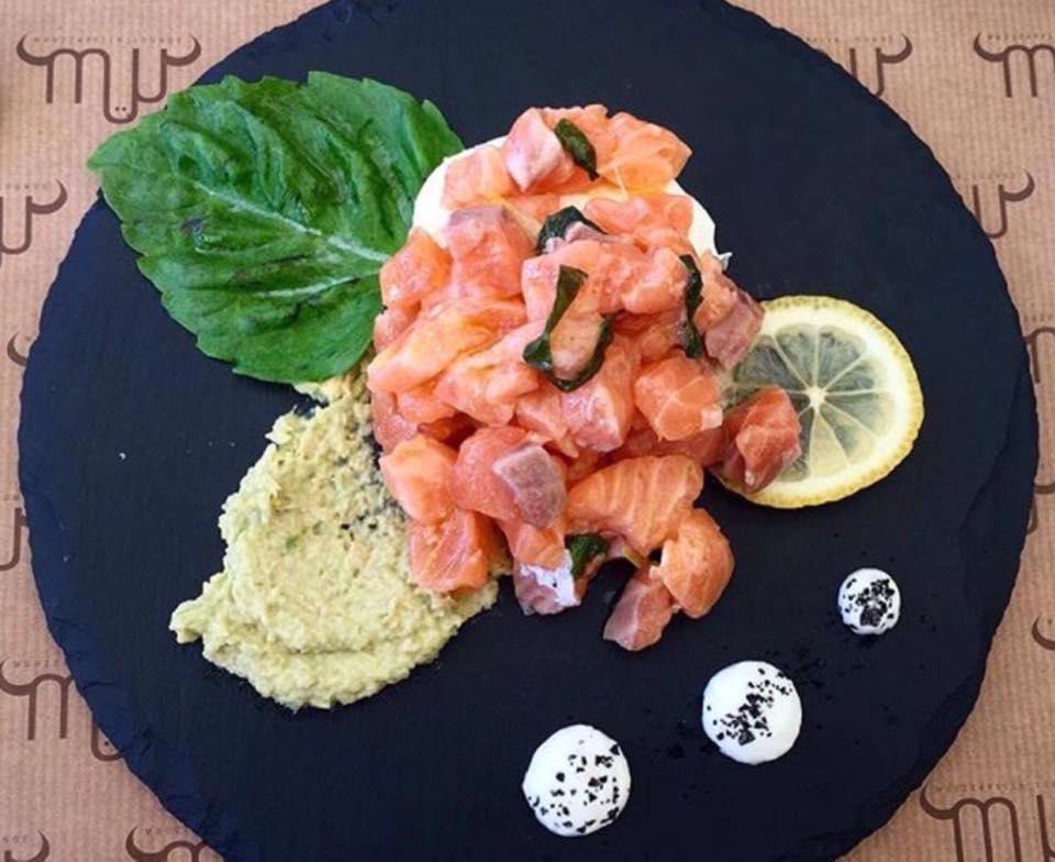 Muu Muuzzarella. La Ceviche di salmone, avocado Fuerte e Mozzarella Di Bufala