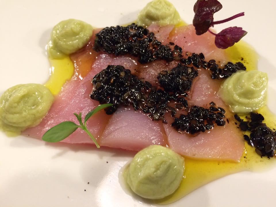 Sancta Sanctorum, Sashimi di ricciola con mousse di avocado e cetriolo e vinagrette al balsamico e soia con sesamo nero