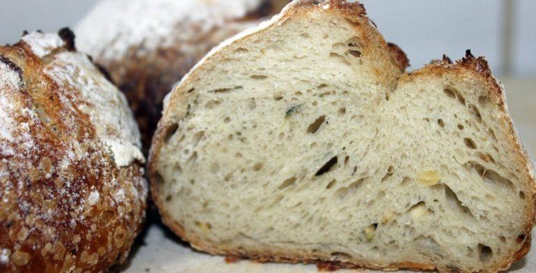 Il pane con ricotta di bufala salata e semi di zucca al camino di Faby Scarica