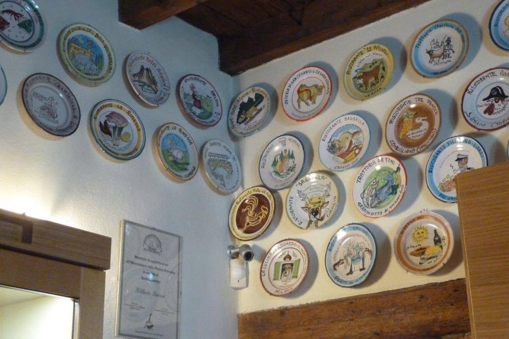 La Piana, i piatti del Buon Ricordo, ceramiche dipinte a mano dagli artisti di Vietri Sul Mare