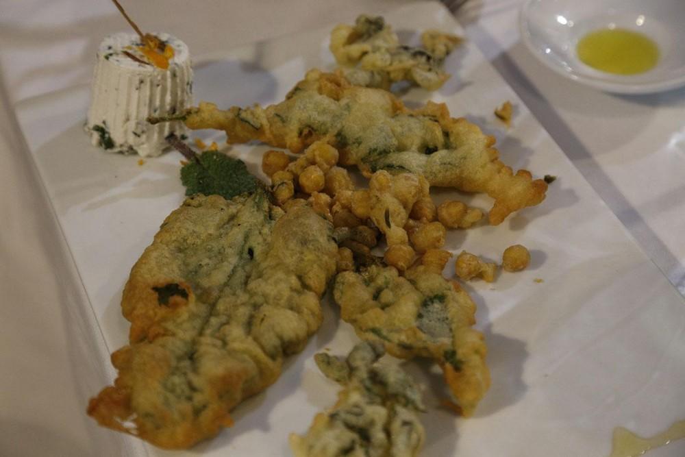 La Taverna del Mozzo Ricottina agli aromi mediterranei con erbe sponatee e ceci di Cicerale in pastella