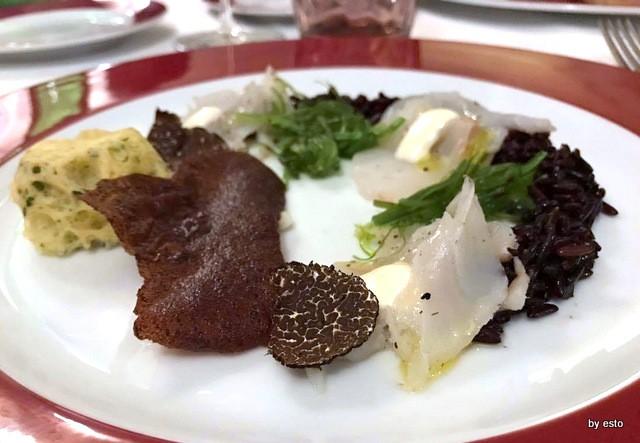 Luisa Evangelista Stefano Parrella Carpaccio di baccalà marinato al tartufo nero di Bagnoli con riso selvatico, maionese all'aglio, insalatina di alghe nori e spugna di muschio