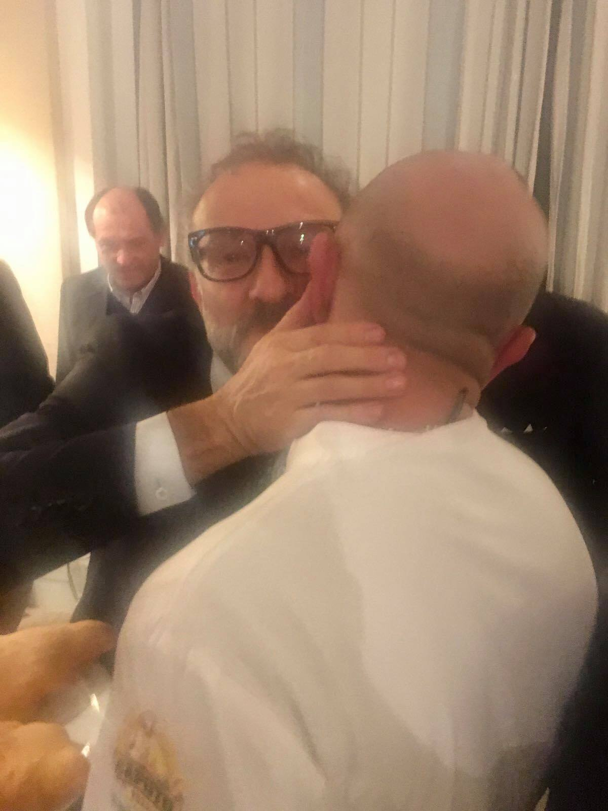 Un abbraccio che dice tutto: Massimo Bottura e Giuseppe