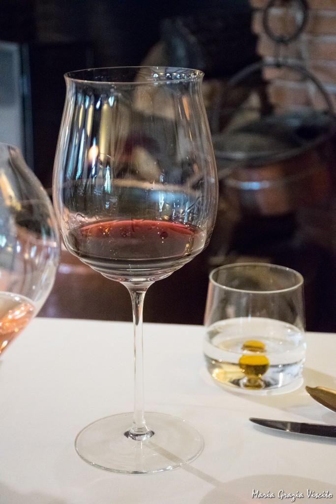 Taverna Estia, calice vino rosso