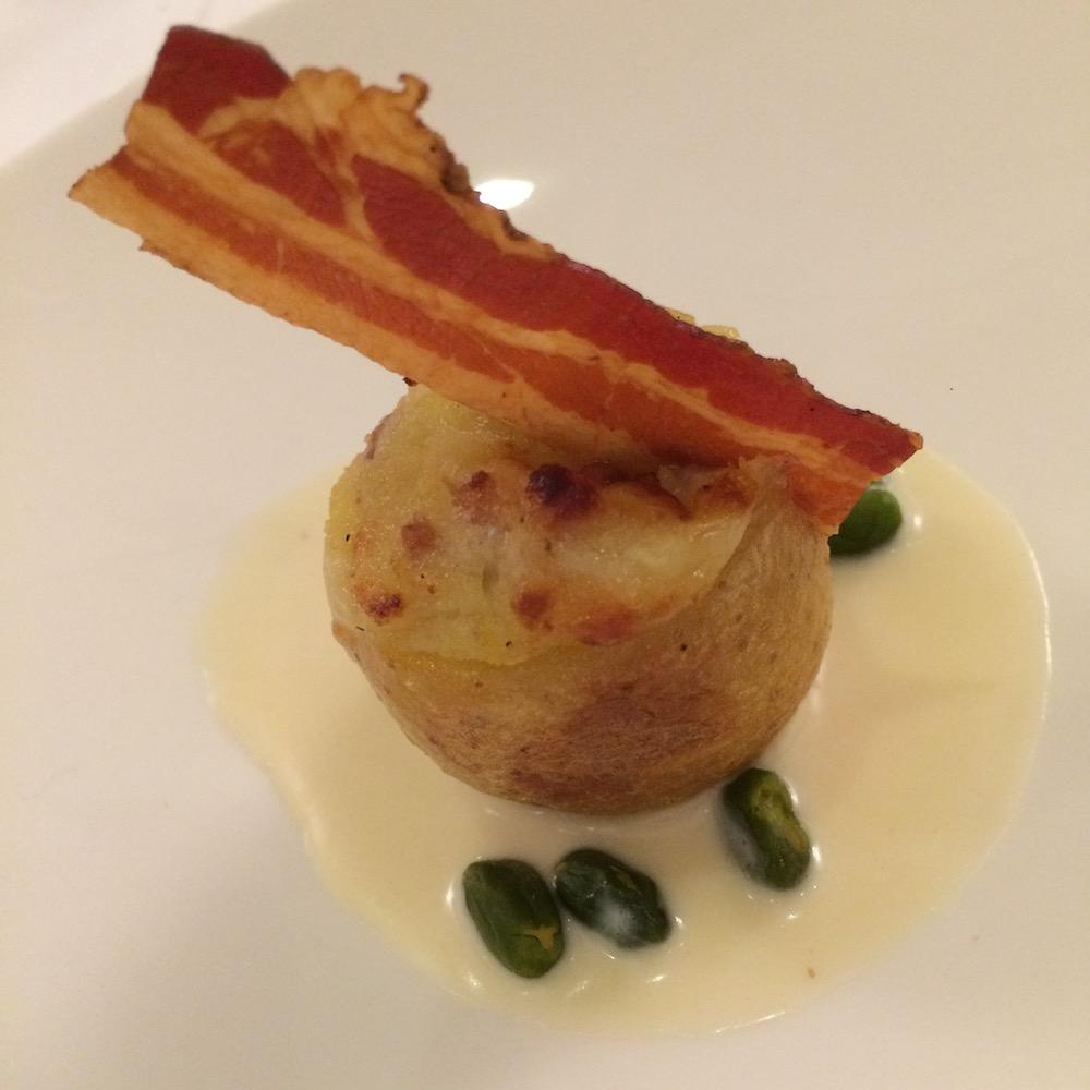 Villa Maiella - patata farcita su aglio di Sulmona e pancetta croccante