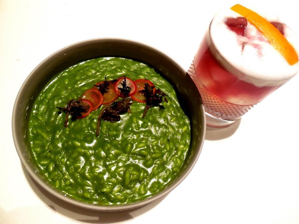 Mud, Riso mantecato con bietola ravanelli capperi di Avola – Abbinato ad un Cocktail di Thomas – Elegante. Cremoso. Fresco. Forchettata e bevuta
