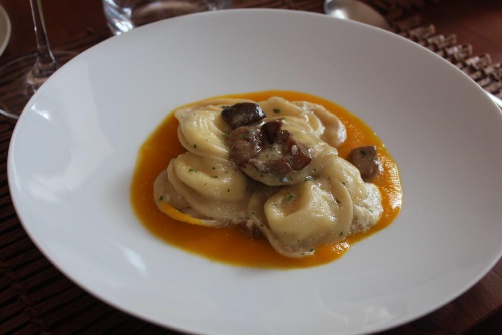 Villa Chiara, tortelli con provola e porcini su crema di zucca