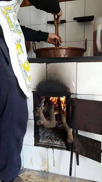 La produzione su fuoco a legna e in recipienti di rame
