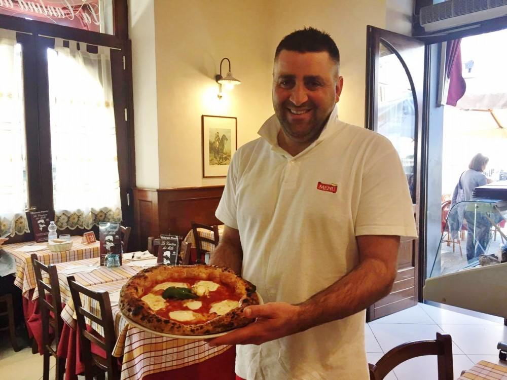 Arturo Cerullo con la sua pizza