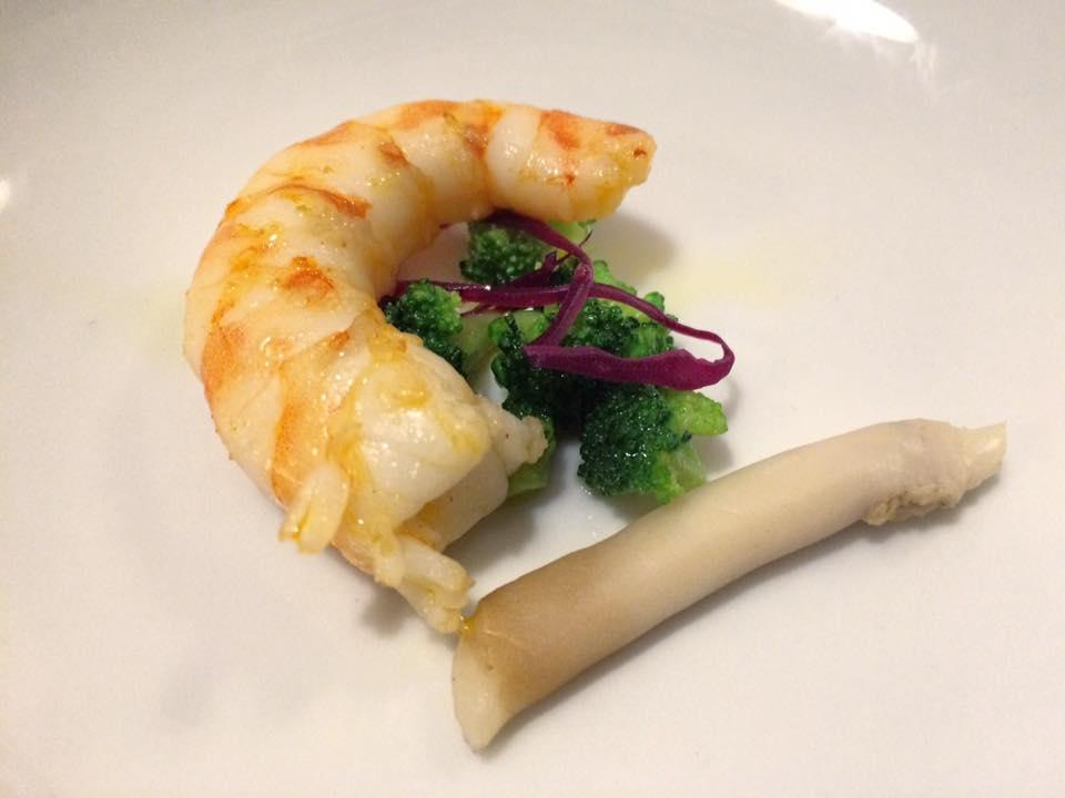 Veritas Mazzancolla scottata, cannolicchio, broccolo alla monachina, cavolo cappuccio rosso marinato all'aceto e citronette