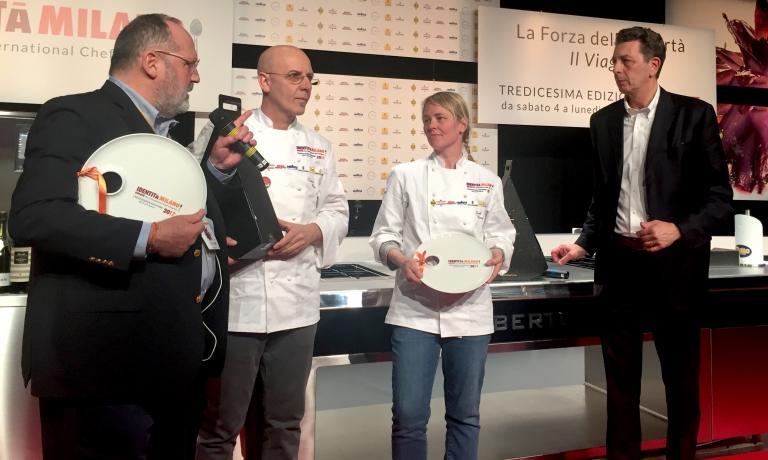 Franco Pepe e Sarah Minnick con Paolo Marchi durante la premiazione