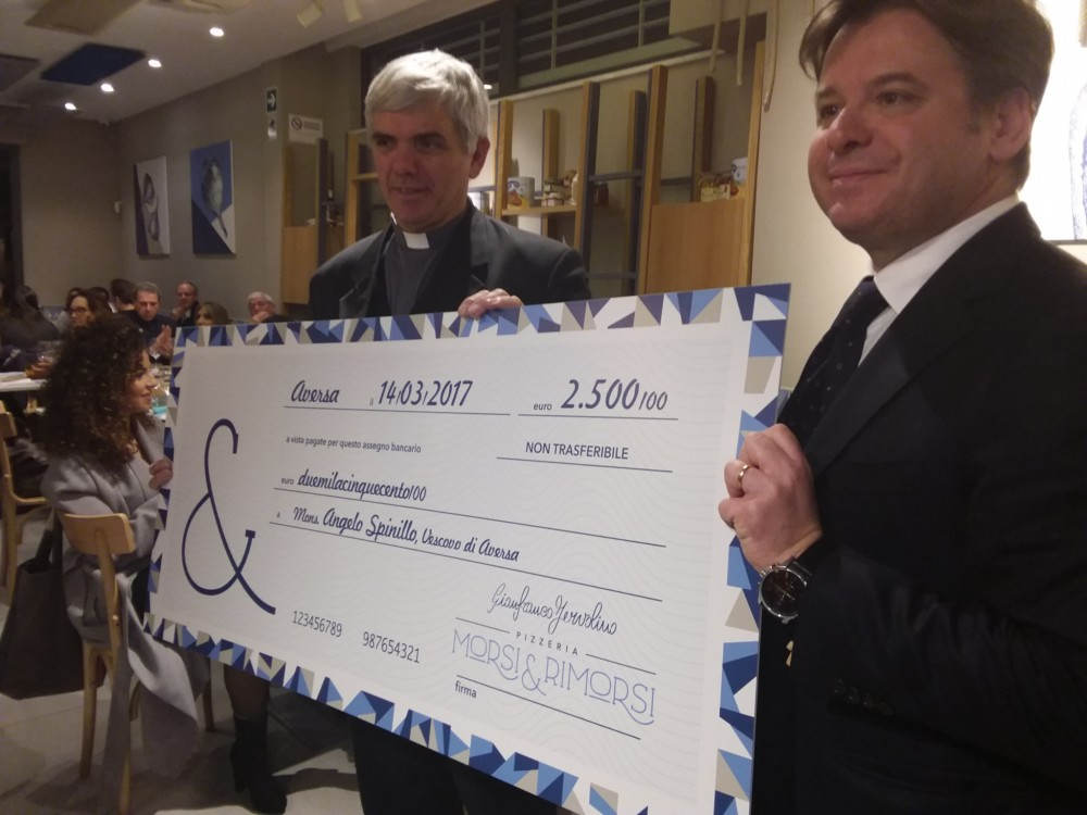 L'imprenditore Luca Capece consegna l'assegno a don Ernesto Rascato