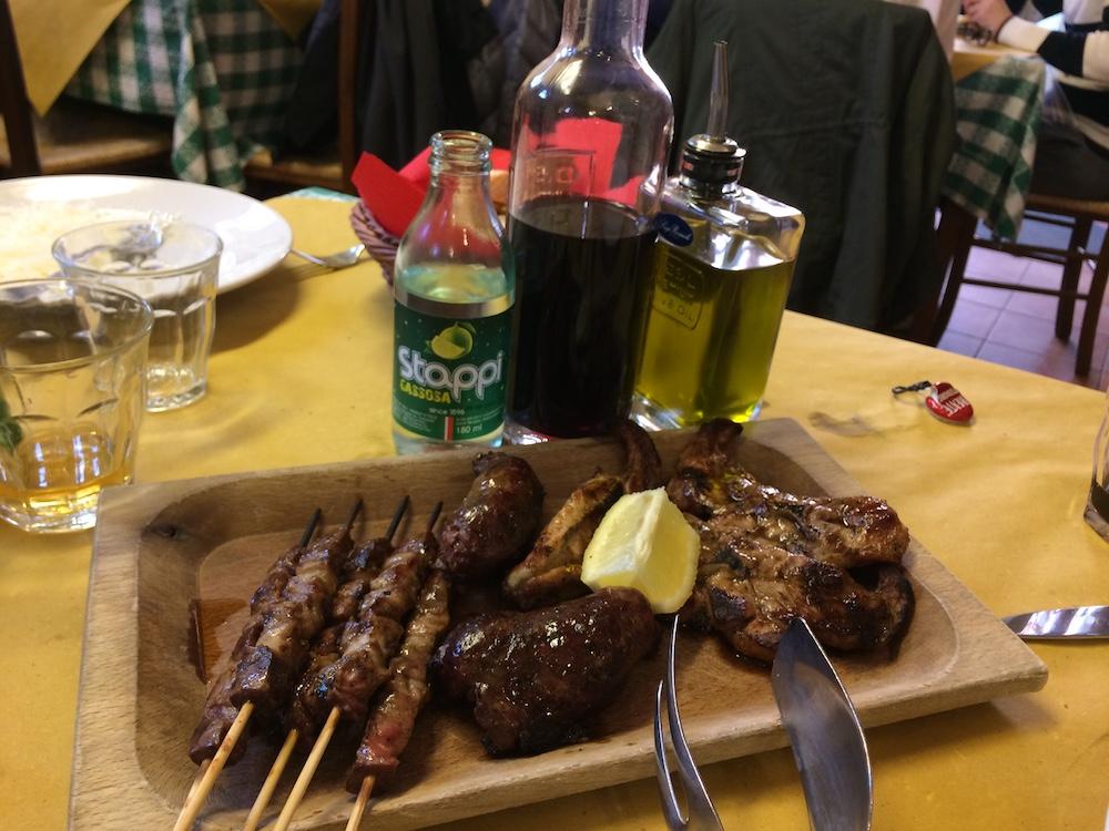 La Tavernetta - arrosticini - salsiccia di fegato - cosciotto di agnello con gazzosa e Montepulciano