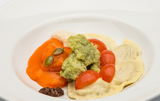 Mezze lune di pasta all'uovo, con fave di Carpino, pomodori invernali scottati, cipollotti, olive garganiche e zucca