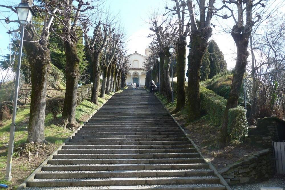 Montevecchia, la scalinata al Santuario di origini medievali della Beata Vergine del Carmelo