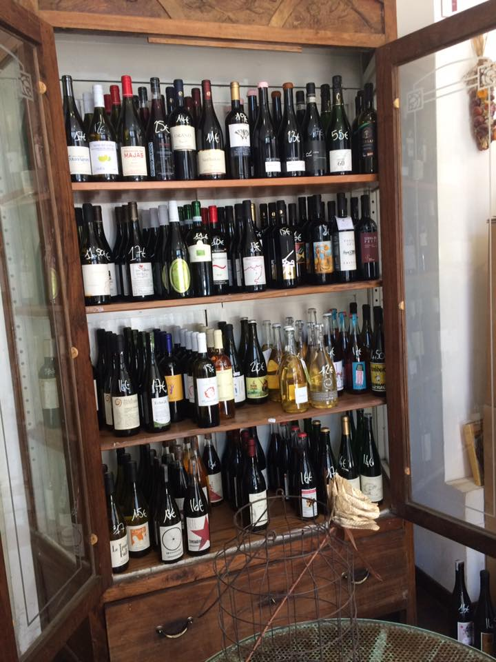 Piccola Bottega,la credenza con i vini