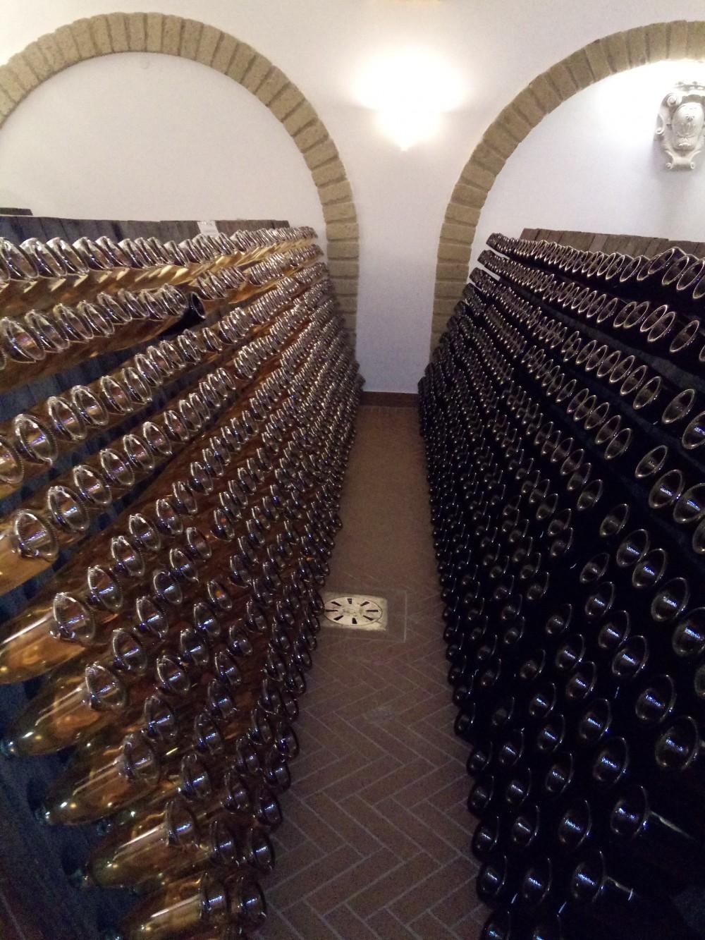 Villa Matilde Bottiglie di spumante sulle pupitres