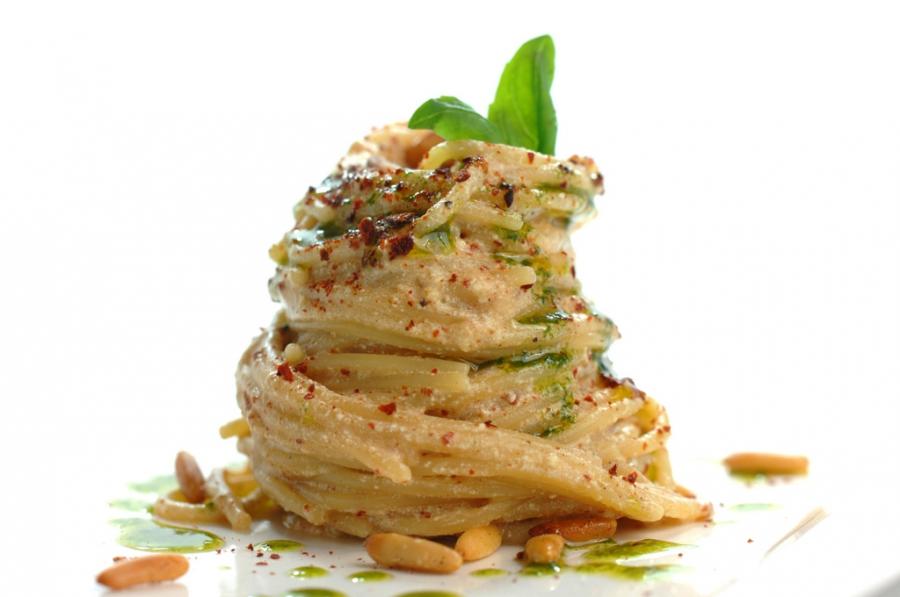 Spaghetti con ricotta di bufala, briciole di pomodoro, olio al basilico e pinoli tostati piccanti