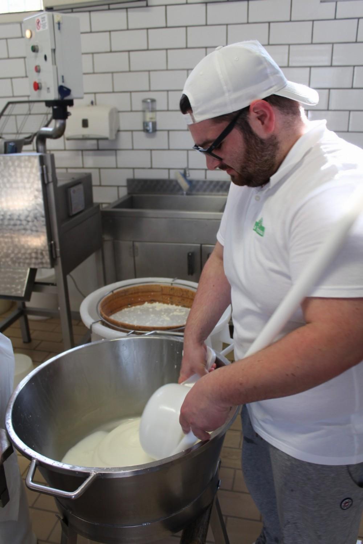 Caseificio La Teresina Angelo prepara la mozzarella di latte Frisona