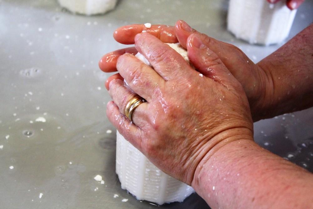 Caseificio La Teresina – le mani di Teresa con il 'primo sale'