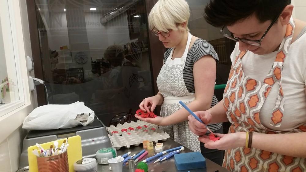 Chocolami' - Milena e Ida alle prese con le decorazioni di una torta