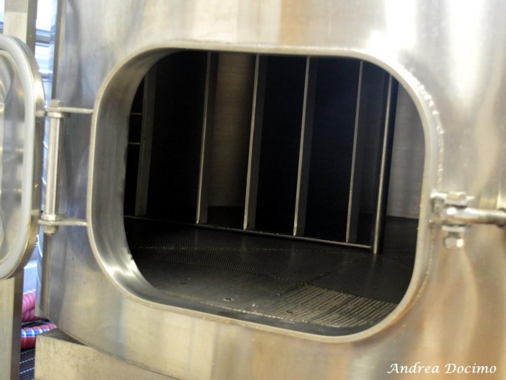 Birrificio Il Chiostro di Nocera Inferiore. L'interno del tino di ammostamento e filtrazione