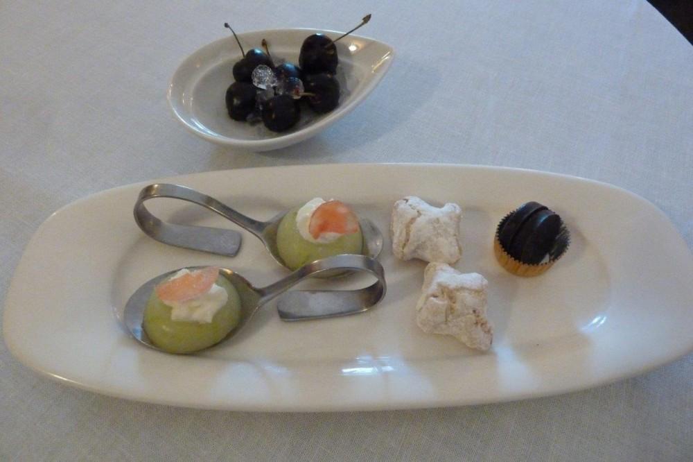 Ciccio Sultano, geli al limone, pasta di mandorle, cioccolato di Modica e ciliegie