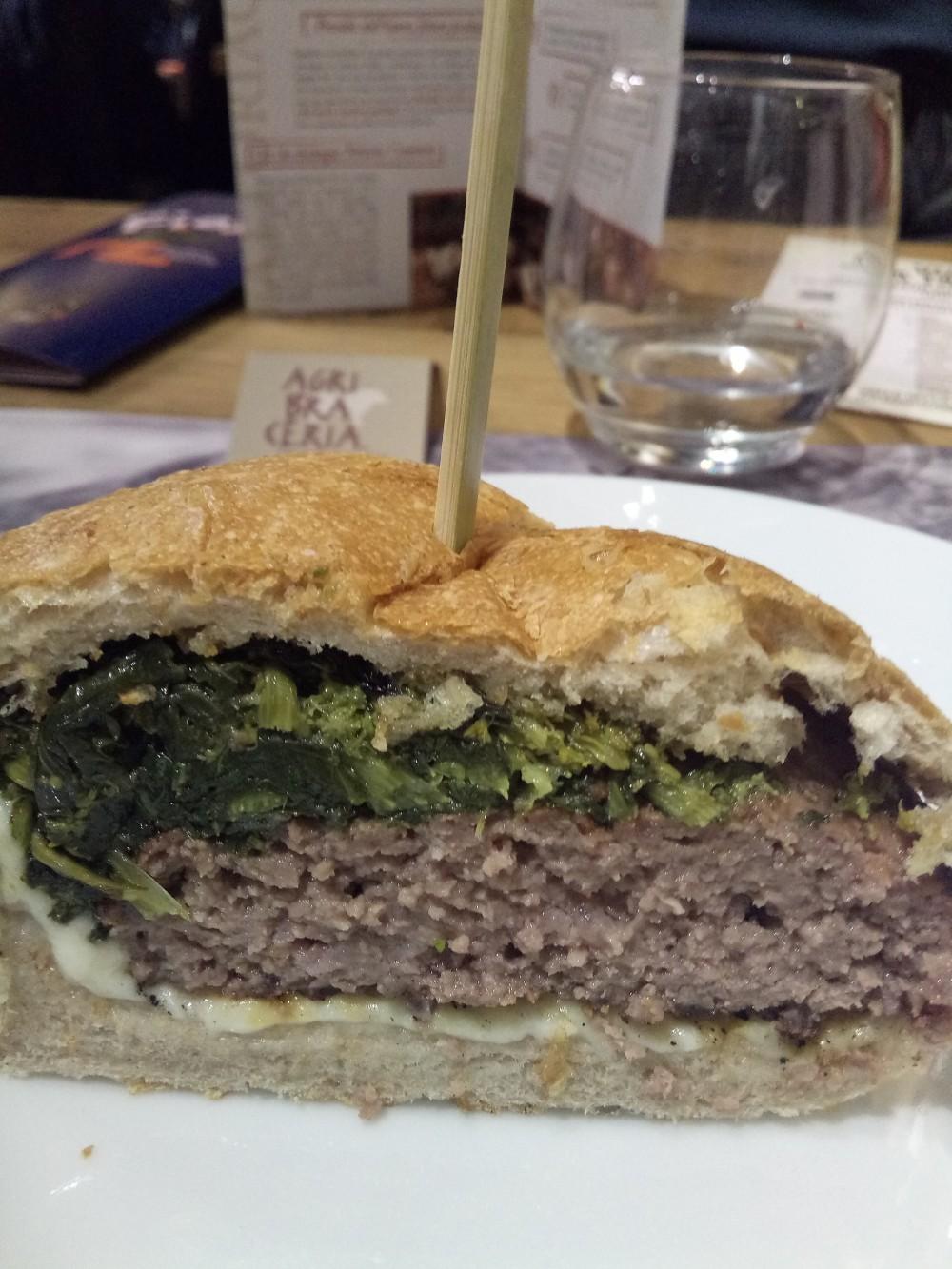 Fattoria Carpineto a Storie di Pane Hamburger Marchigiotto con provola di Sorrento e friarielli