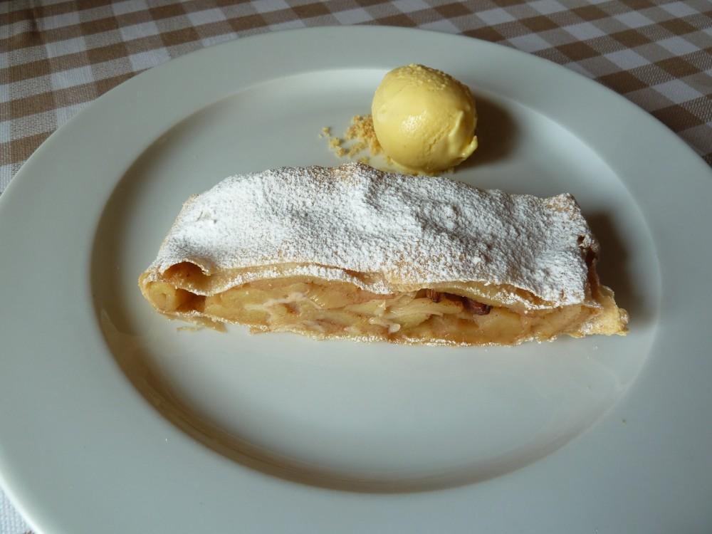 La Piazzetta, Montevecchia, strudel di mele con gelato alla vaniglia del Madagascar