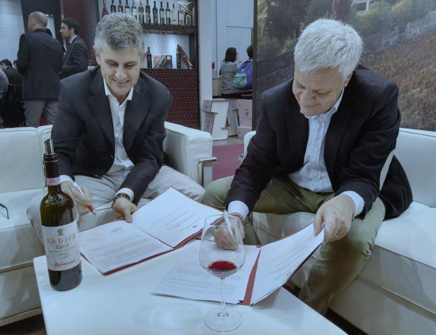 La firma del protocollo VIVA 2017 durante la 51 edizione del Vinitaly