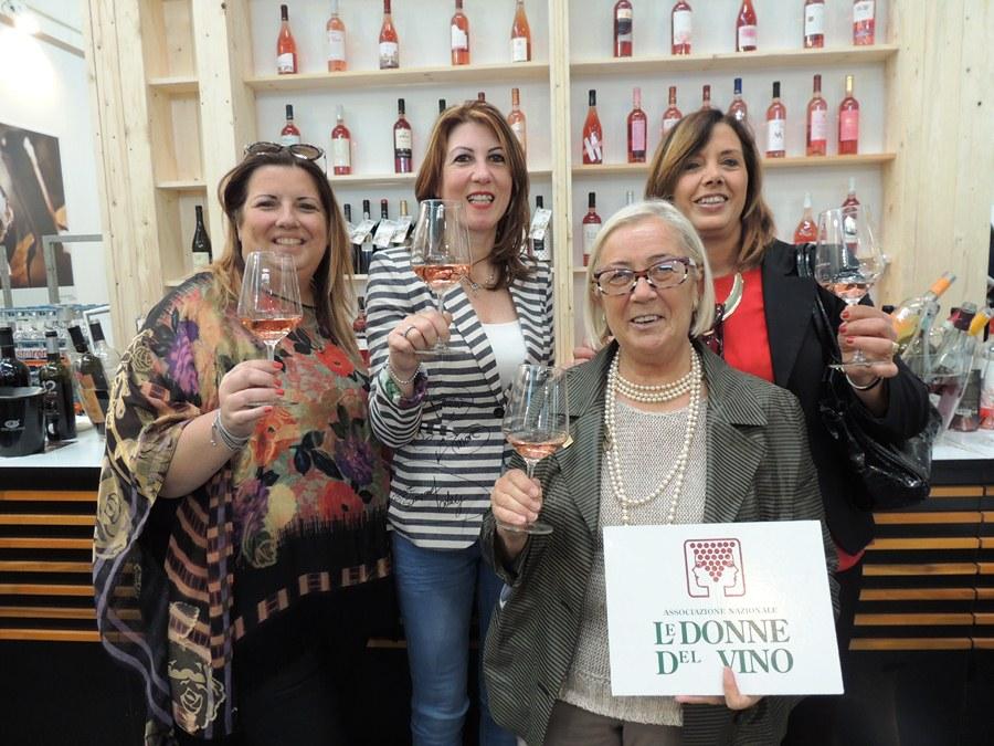 La presidente Cinelli Colombini con le donne del vino Sorrento Rose'