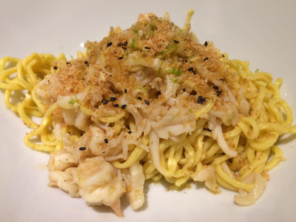 Mazzo, noodles gamberi e calamari