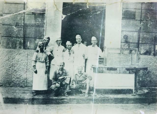 Michele al centro con i figli e il fratello Antonio