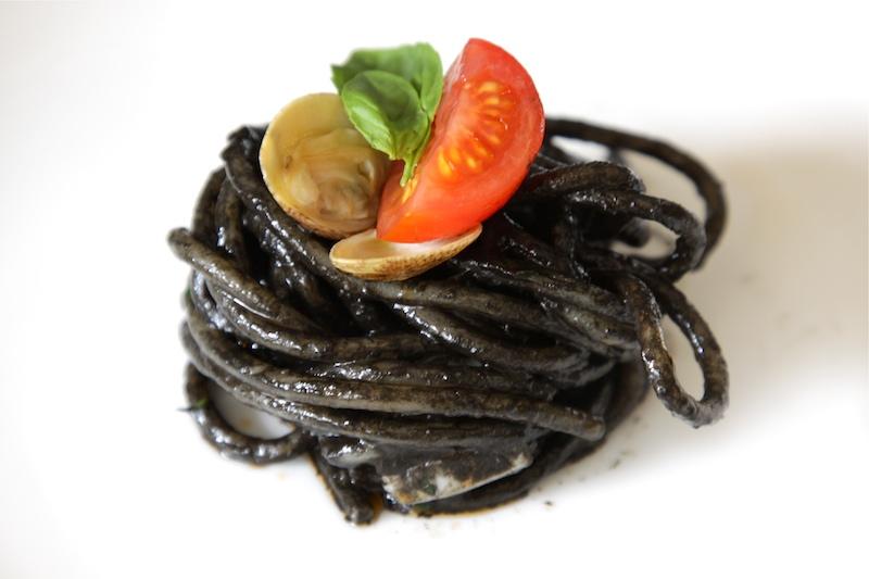 Pasta al nero di seppia, pesto, scampi e lupini