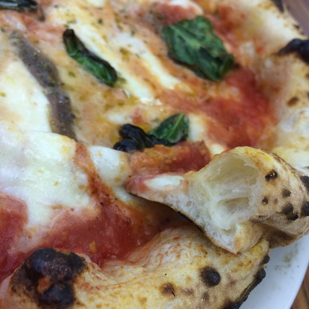 Pizzeria da Antonio e Gigi Sorbillo - il mitico cornicione alveolato